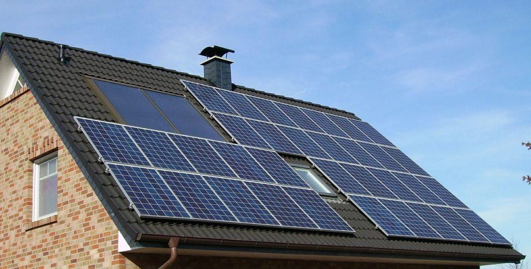 serie di pannelli solari fotovoltaici